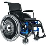 Cadeira de rodas motorizada preta com detalhes em azul, acolchoado em Nylon. Visão frontal.