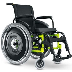 Cadeira de rodas motorizada preta com detalhes em amarelo, acolchoado em Nylon. Visão frontal.