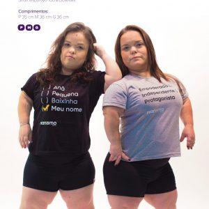 foto de duas mulheres com nanismo com camisetas e shorts