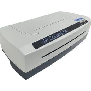 Impressora Braille branca, possui 4 botões no lado direito da impressora.