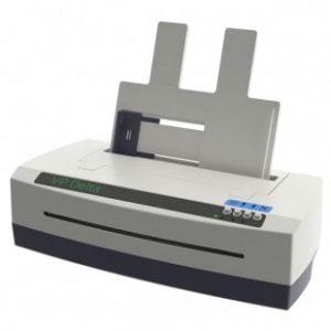 Impressora Braille branca com detalhes pretos, possui 4 botões do lado direito da impressora e possui bandeja de alimentação de folhas.