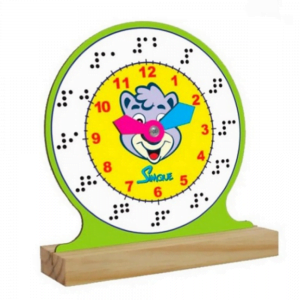 relógio com números em braille de madeira com ponteiros coloridos e desenho de urso no meio