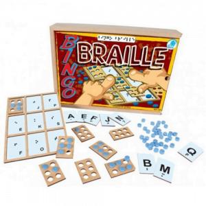 foto de jogo de tabuleiro Braille cm cartelas e letras jogadas ao chão