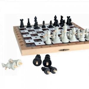 jogo de xadrez com peças com fixadores e tabuleiro com furos
