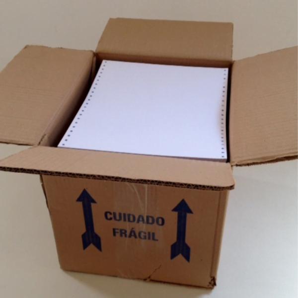 foto de caixa de papelão com bloco de papéis dentro