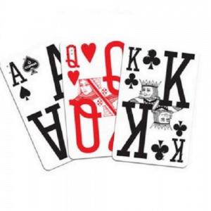foto de três cartas do baralho com escrito e braille