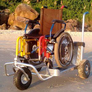 carrinho de suporte com cadeira de rodas em cima, em uma praia