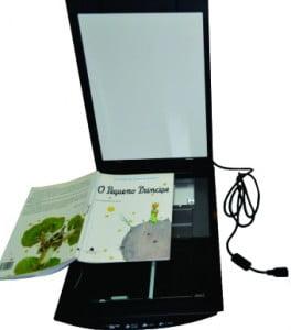 Scanner aberto com um livro, cor do scanner preto.