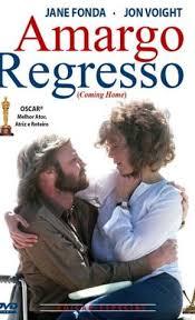 capa do filme, nome do filme aparecendo com um homem e uma mulher se abracando