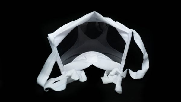 Mascara branca com transparência e elásticos hipoalergênicos.