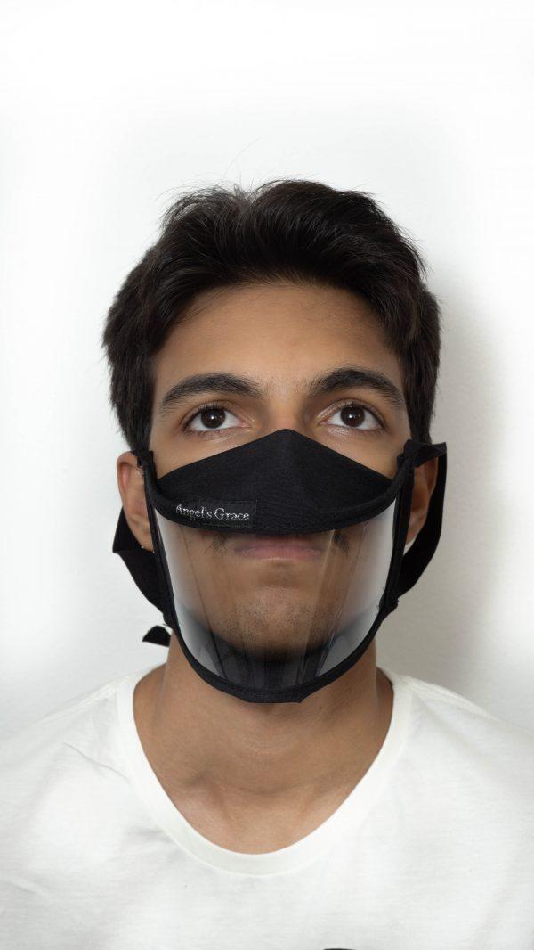 Mascara preta com transparência e elásticos hipoalergênicos.