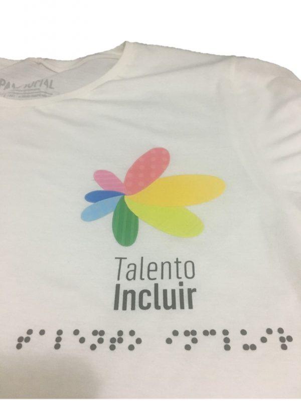 close no peito da camiseta com o logo e talento incluir em braille