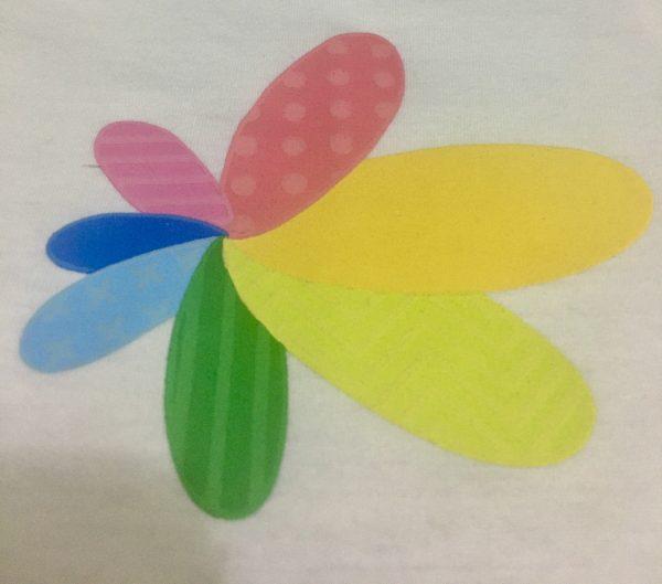 logo da talento incluir em relevo, flor com 7 pétalas coloridas
