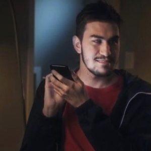 foto de gustavo torniero, homem branco de barba e cabelo curto, mexendo no celular