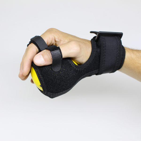Mão Usando Bola Amarela de Exercício Fisioterapêutico para Mãos e Dedos com Haste Rígida