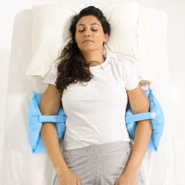 Mulher com Camiseta Branca Usando Almofadas Protetoras de Cotovelos Azuis