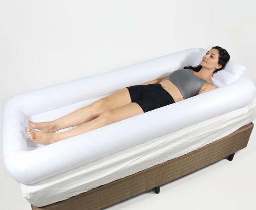 Mulher Usando a Cama Inflável Branca para Banho