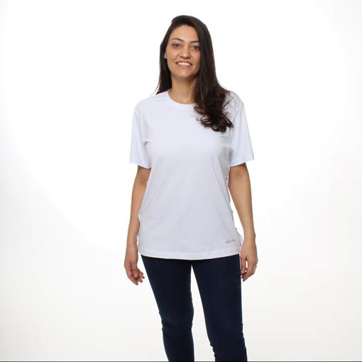 Mulher Usando a Camiseta Branca com Abertura Lateral