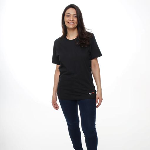 Mulher Usando a Camiseta Preta com Abertura Lateral