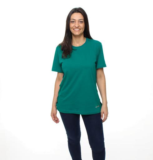Mulher Usando Camiseta Verde com Abertura no Ombro