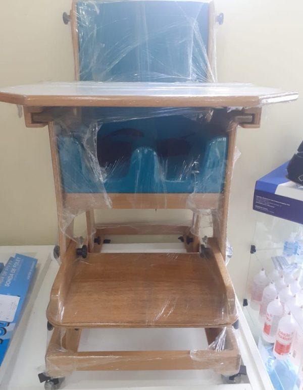 Cadeira de rodas infantil adaptada com mesa