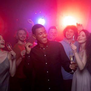 Foto de pessoas se divertindo na balada