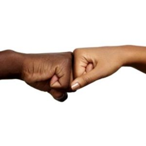 foto de duas mãos fechadas dando soquinho
